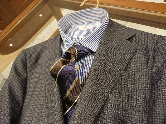 94ebcac78b 細かなチェック柄のスーツに、ロンドンストライプのシャツ、そして大きめなピッチのレジメンタルタイ。全て柄物です。やはり柄のテイストとバランスを意識して、  ...
