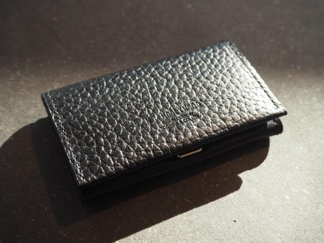841642576778 まず初めにご紹介するのはミニマムなサイズ感が特徴的なコインケース。 素材には手触りが良いシュリンクレザーを使用する事でお札やカードなどを別々で収納される方に  ...